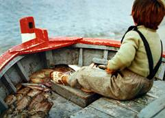Niño en un barco de pesca artesanal
