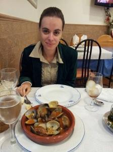 Beatriz Escribano degustando la gastronomía del Levante Almeriense