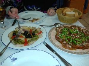 Yolanda Martínez degustando el bonito ahumado, el plato estrella del Restaurante Sol y Playa