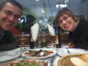 Yolanda Martínez y su acompañante disfrutando del menú degustación del premio de Sabor a mar